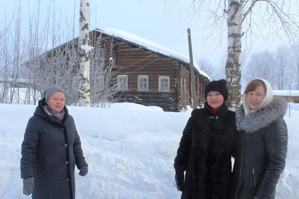 У дома учителя Ф. Абрамова - А. Ф. Калинцева